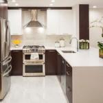 Кухонная мебель из пластика и дерева