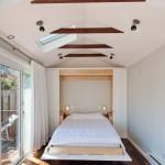кровать-шкаф в уютной спальне