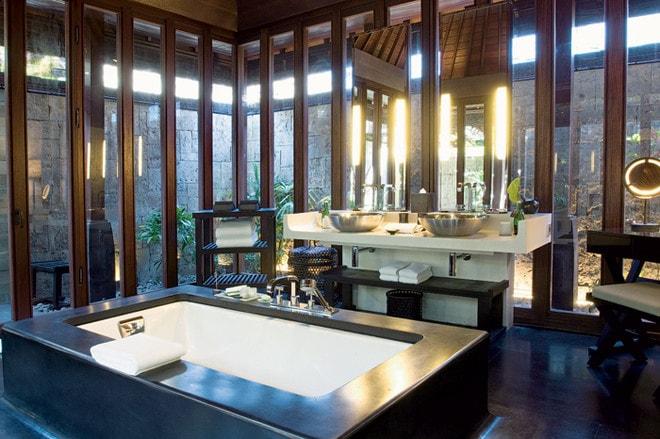 варианты комбинации черного пола ванной с деревом