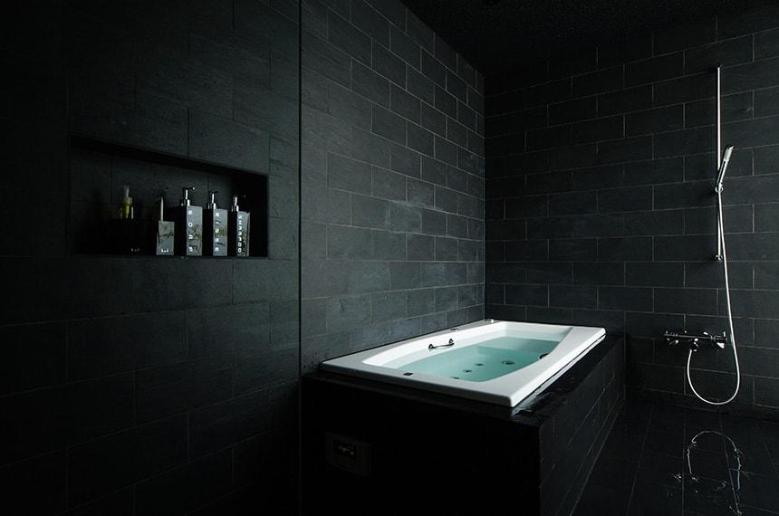 матовая черная плитка для ванной комнаты