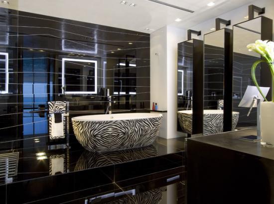 глянцевый черный пол в ванной