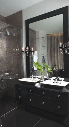 интерьер ванной с черной напольной плиткой
