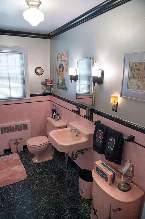 черный пол в розовой ванной