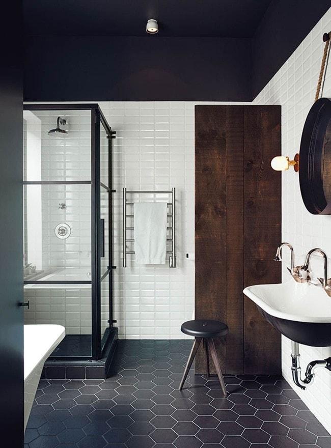 черный пол в интерьере ванной