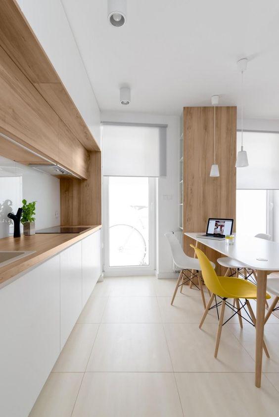 двухцветный шкаф в интерьере кухни