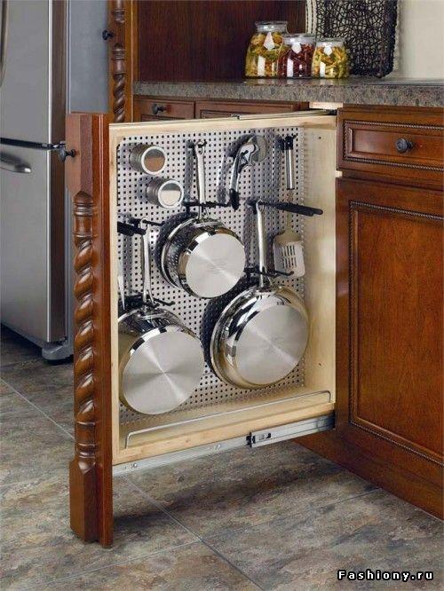 кухонный шкаф со встроенными крючками для посуды