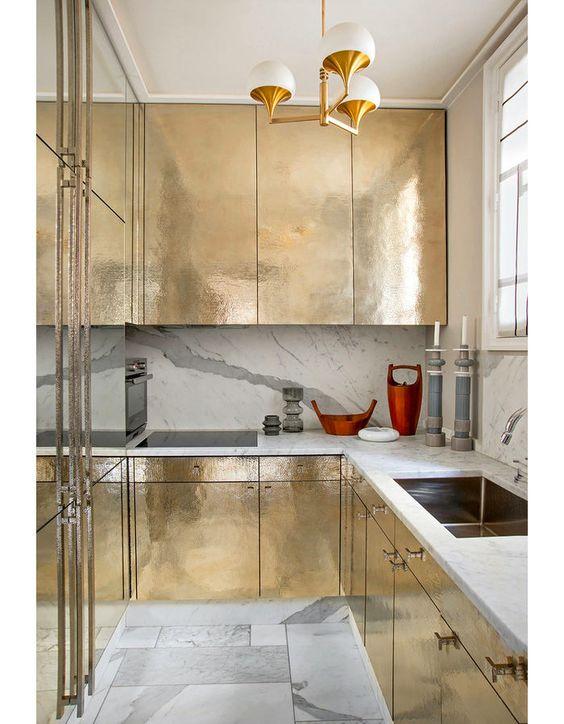 кухонный шкаф с отделкой под золото