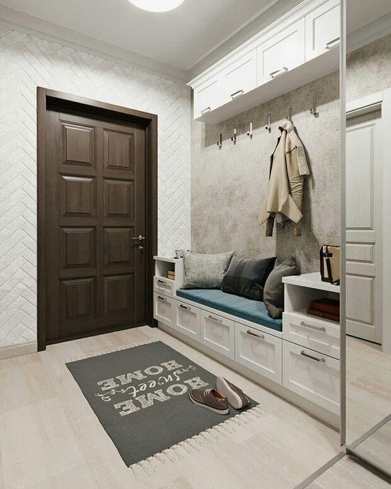 диван в дизайне прихожей