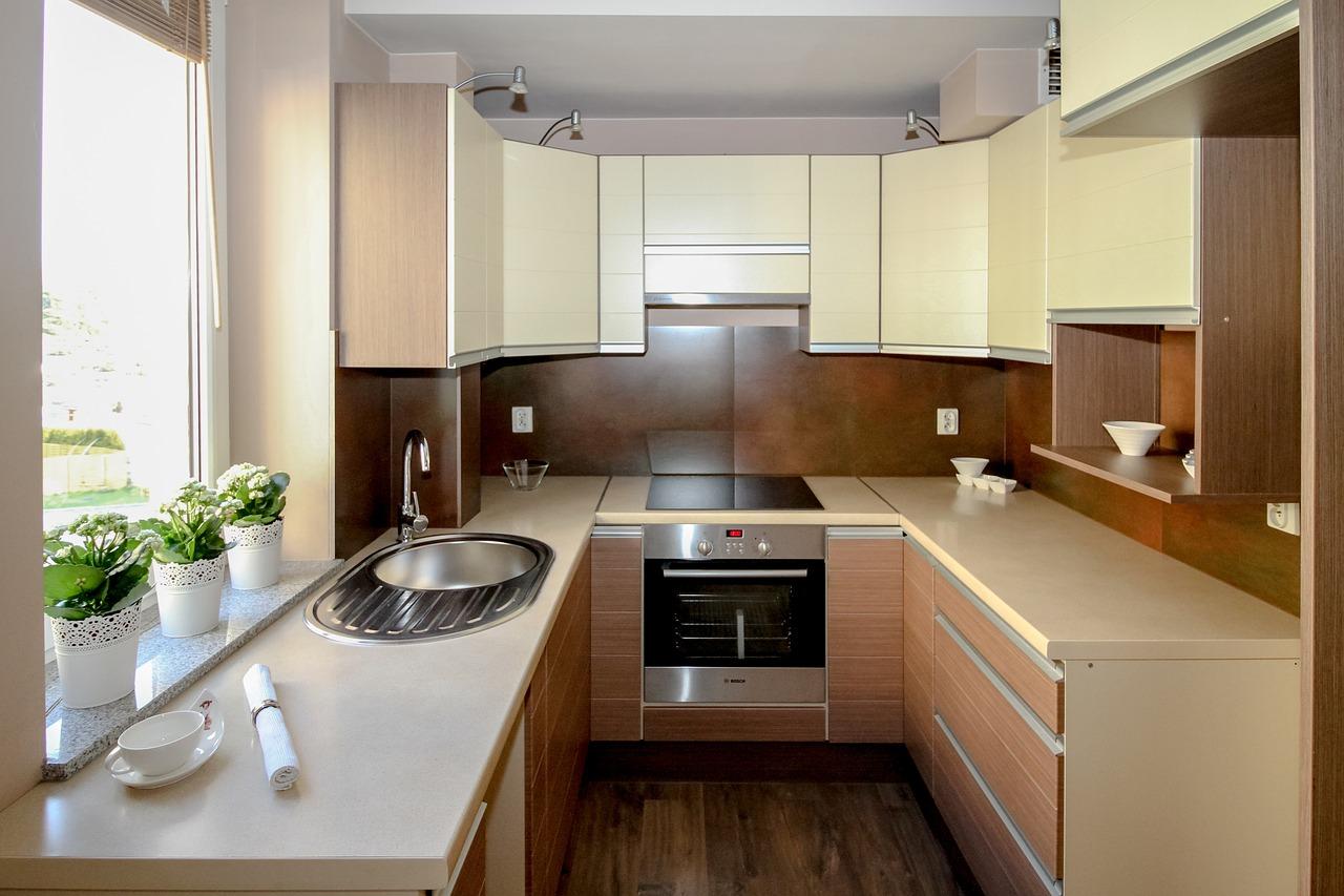 кухня в стиле минимализм в бежево-коричневых тонах