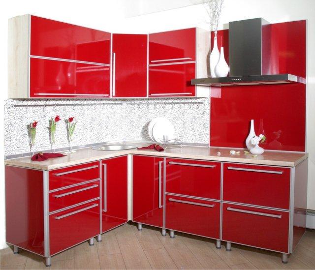 красный угловой фасад для небольшой кухни