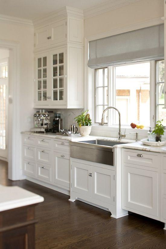 дизайн интерьера белой кухни в загородном доме