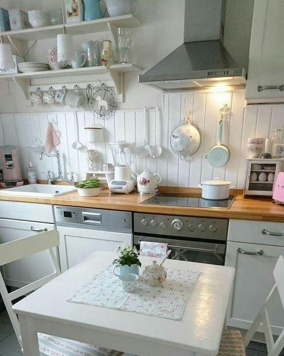 идея оформления небольшой кухни в загородном доме