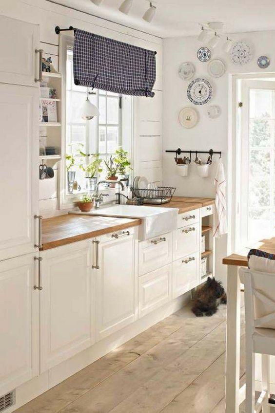 современный интерьер кухни в загородном доме