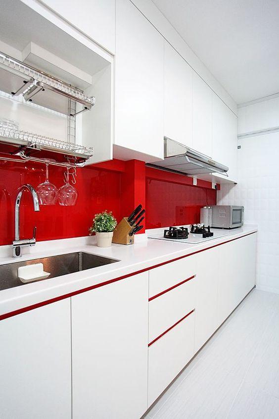 современный дизайн красно-белой кухни