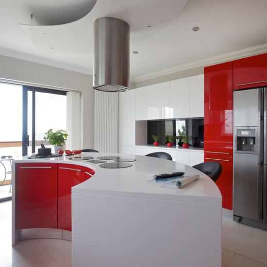 фото красно-белой кухни со встроенной бытовой техникой