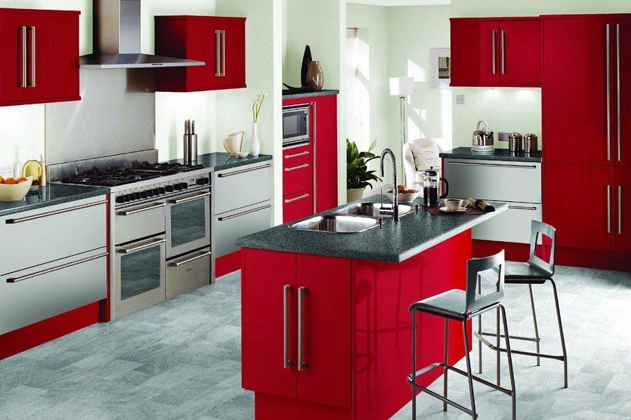 пример сочетания красного и цвета металлик в интерьере кухни