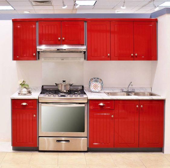 фото маленькой кухни с красным фасадом