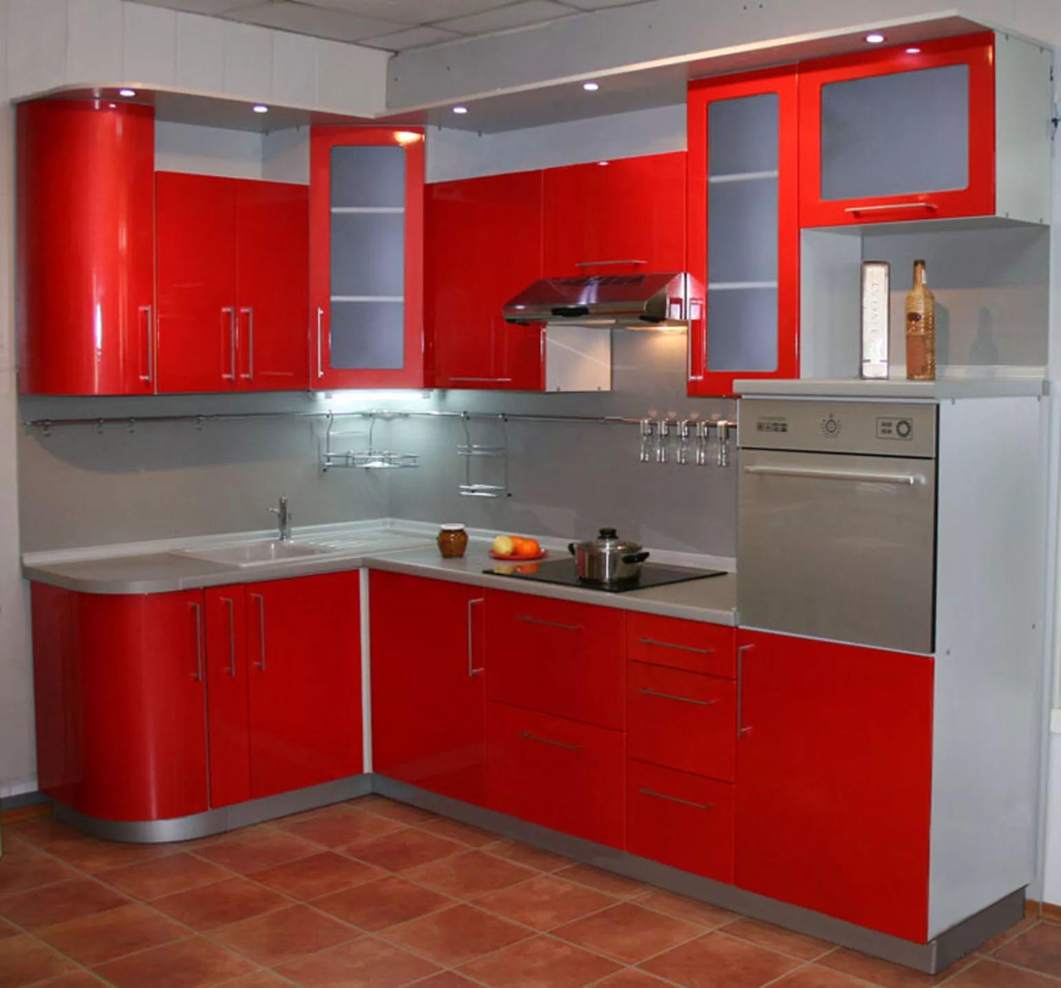 вариант дизайн интерьера небольшой кухни красного цвета