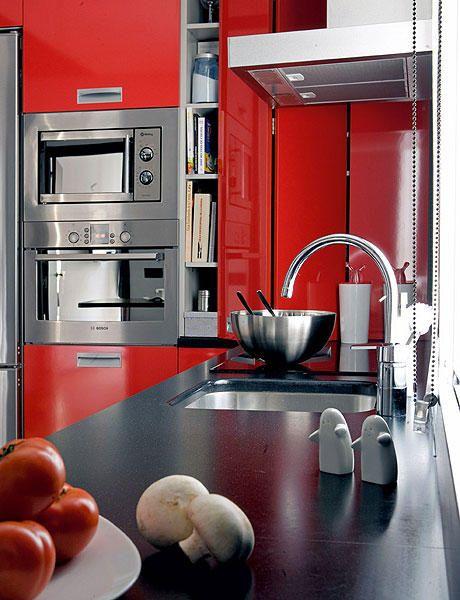 оформление маленькой кухни с красной мебелью
