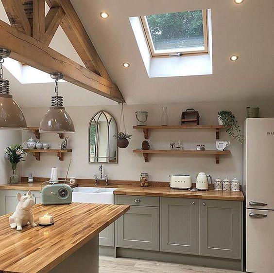 яркие акценты в интерьере кухни в загородном доме
