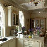 дизайн просторной кухни в загородном доме