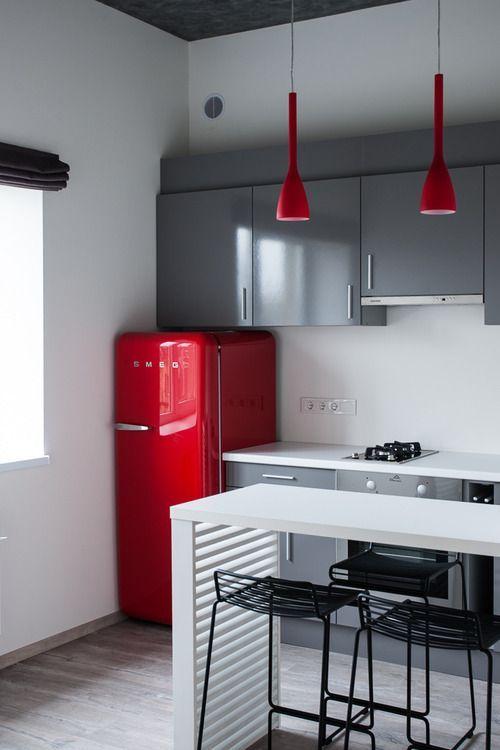 пример сдержанности в интерьере красно-белой кухни