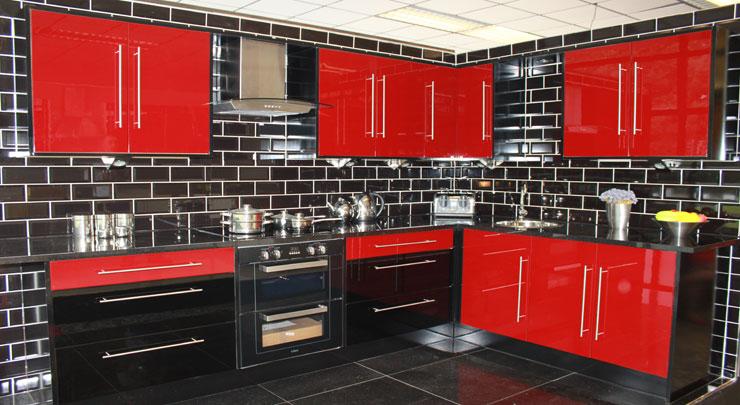 выразительный интерьер красно-черной кухни