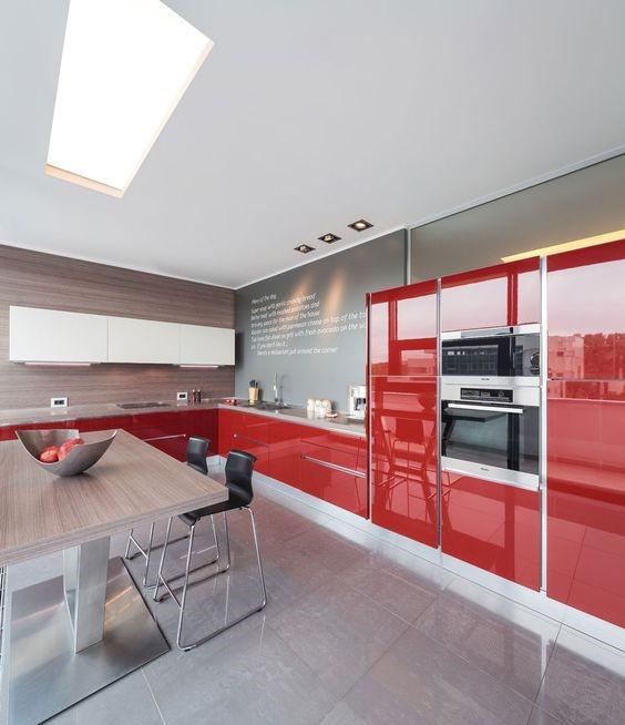 идея оформления кухни с красным гарнитуром