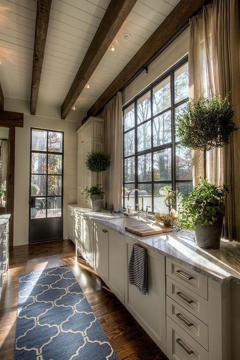 дизайн кухни в современном стиле в загородном доме