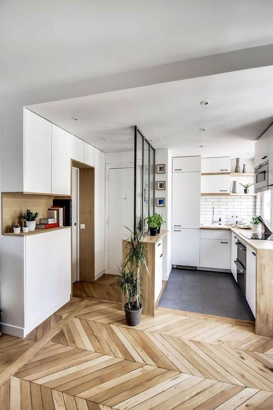 функциональная кухня небольших размеров в загородном доме